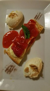 Erdbeertarte und weisse Schoggimousse